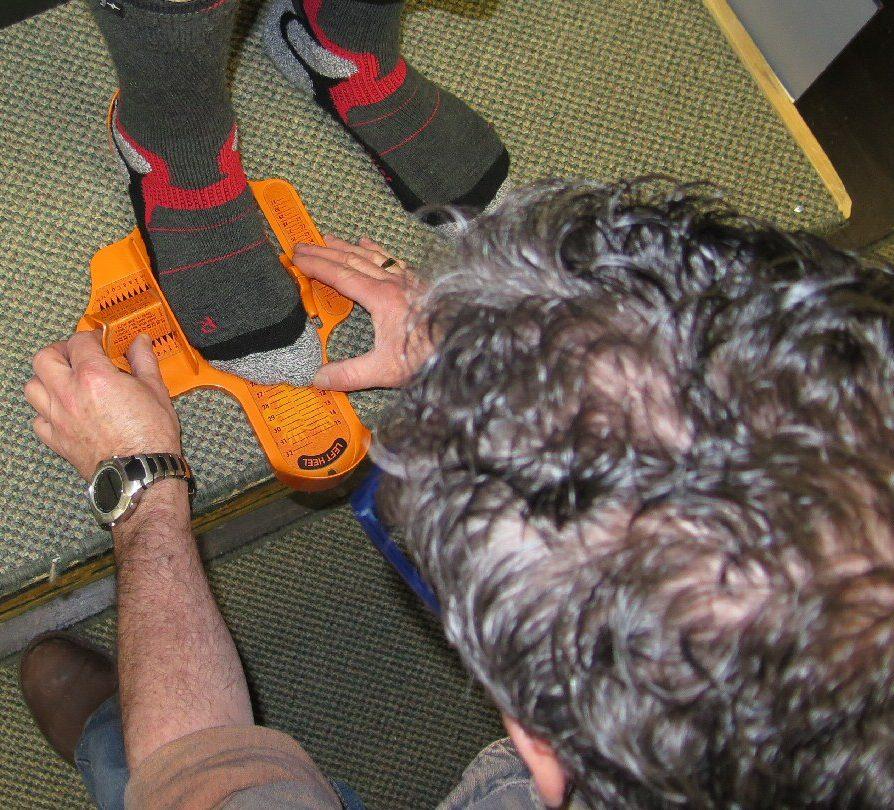 Étape 2 : Mesure de la largeur des pieds. Cette étape est tout aussi importante que la première, car il peut y avoir beaucoup de différence de largeur d'un modèle de bottes à un autre.