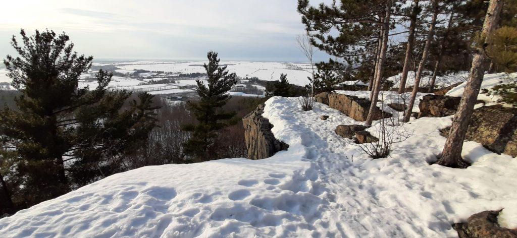 Du haut de la falaise, la vue est imprenable: la vallée de l'Outaouais.